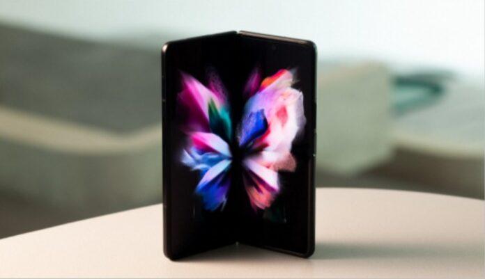 Samsung Galaxy W22, Katlanabilir Tasarımıyla Göze Çarpıyor!